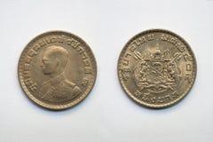 Vieille pièce de monnaie thaïlandaise sur le fond blanc Photos libres de droits