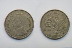Vieille pièce de monnaie thaïlandaise sur le fond blanc Photo libre de droits