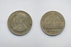 Vieille pièce de monnaie thaïlandaise sur le fond blanc Photos stock