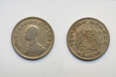 Vieille pièce de monnaie thaïlandaise sur le fond blanc Image stock