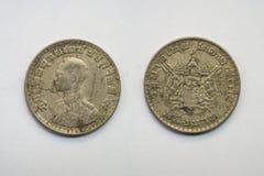 Vieille pièce de monnaie thaïlandaise sur le fond blanc Images libres de droits