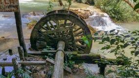 Vieille pièce de moulin à eau placée près de la cascade Laos de Kuang Is image stock