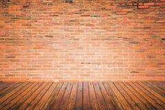 Vieille pièce intérieure avec le plancher de mur de briques et en bois photo libre de droits