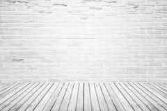 Vieille pièce intérieure avec le plancher de mur de briques et en bois image stock