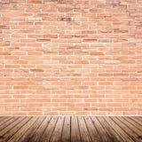 Vieille pièce intérieure avec le plancher de mur de briques et en bois photographie stock libre de droits