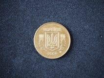 Vieille pi?ce de monnaie de l'Ukraine 50 côté de queue du kopeika 2006 de kopecks d'isolement sur le fond noir images libres de droits