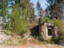 Vieille pierre bien dans le village abandonné, Italie Images stock