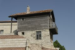 Vieille pierre et maison en bois avec le toit carrelé en Bulgarie image stock