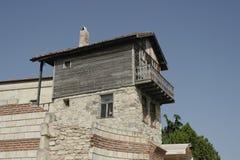 Vieille pierre et maison en bois avec le toit carrelé en Bulgarie photo libre de droits