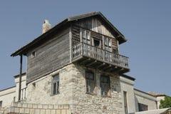 Vieille pierre et maison en bois avec le toit carrelé en Bulgarie photos libres de droits