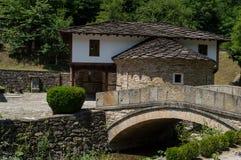 Vieille pierre et maison en bois par la rivière photo libre de droits