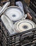 Vieille pile de plats blancs et bleus au marché aux puces Image stock