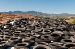 Vieille pile de pneus pour la réutilisation en caoutchouc image stock