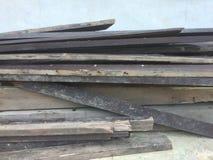 Vieille pile en bois de planche sur le mur bleu photos libres de droits