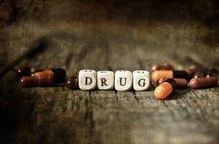 Vieille pilule dégoûtante minable de drogue de photo sur l'intoxiqué en bois de concept de table photos stock