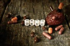 Vieille pilule dégoûtante minable de drogue de photo sur l'intoxiqué en bois de concept de table photo libre de droits