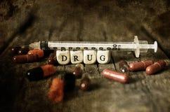 Vieille pilule dégoûtante minable de drogue de photo sur l'intoxiqué en bois de concept de table image stock