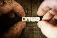 Vieille pilule dégoûtante minable de drogue de photo sur l'intoxiqué en bois de concept de table photographie stock