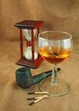 Vieille pipe et une glace de whiskey Photographie stock
