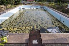 Vieille piscine endommagée Photos stock
