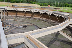 Vieille piscine vide d'installation de traitement de l'eau Image stock
