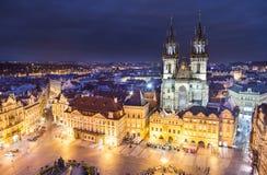 Vieille place avec l'église de Tyn à Prague égalisant photos stock