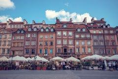 Vieille place de marché de ville avec les maisons colorées et les cafés extérieurs à Varsovie, Pologne Photos libres de droits