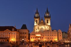 Vieille place de Prague au cr?puscule image stock