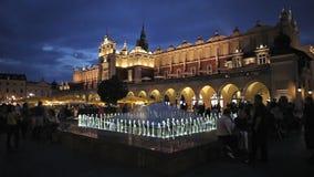 Vieille place du marché de ville de Cracovie la nuit banque de vidéos