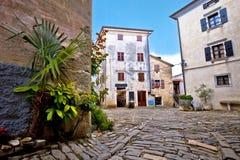 Vieille place pavée en cailloutis de village de Groznjan Image stock