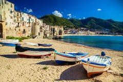 Vieille plage dans Cefalu avec des bateaux de pêche Images stock