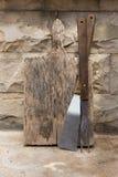 Vieille planche à découper en bois avec la grande fourchette en bois cuisson d'accessoires Planche à découper utilisée Ustensiles images stock