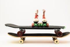 Vieille planche à roulettes en bois utilisée photos libres de droits