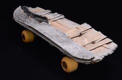 Vieille planche à roulettes en bois utilisée Image libre de droits