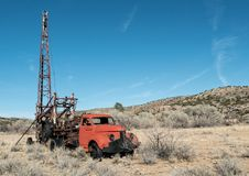 Vieille plate-forme de forage dans le désert Photographie stock
