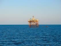 Vieille plate-forme de perçage rouillée abandonnée de mer photo libre de droits