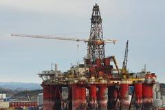 Vieille plateforme pétrolière dans le port Photographie stock