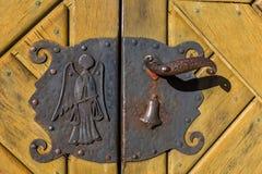 Vieille poignée de porte avec l'ange, la cloche et le peseur Photographie stock
