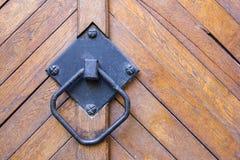 Vieille poignée sur la porte Photo stock