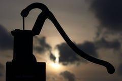 Vieille pompe à eau manuelle Images libres de droits