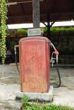 Vieille pompe à essence rouge Image libre de droits