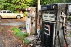 Vieille pompe à gaz américaine photographie stock libre de droits