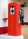 Vieille pompe à gaz rouge Image stock