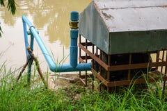 Vieille pompe avec de l'eau fangeux photo libre de droits