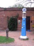Vieille pompe de naphte de YPF devant le Général Ramos Warehouse Tomas Jofré - Mercedes Buenos Aires Argentina photo libre de droits