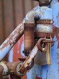 Vieille pompe rouillée d'Anciennt d'un récipient liquide d'engrais Image libre de droits