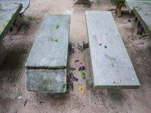 Vieille, portée chaise de marbre dans le jardin Images stock