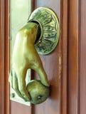 Vieille porte antique avec la pomme de main Photographie stock