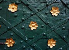 Vieille porte avec de l'or Images stock