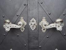 Vieille porte avec heurtoirs et fond gris de fer images libres de droits